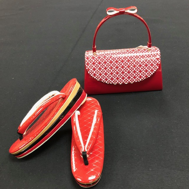 赤エナメルパンチング草履バッグ